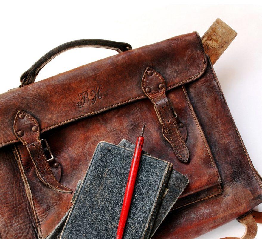Kā no ādas somas noņemt vecu eļļas traipu